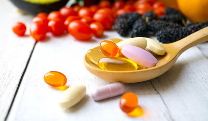 photopills-capsules-wooden-spoon-fresh-fruits